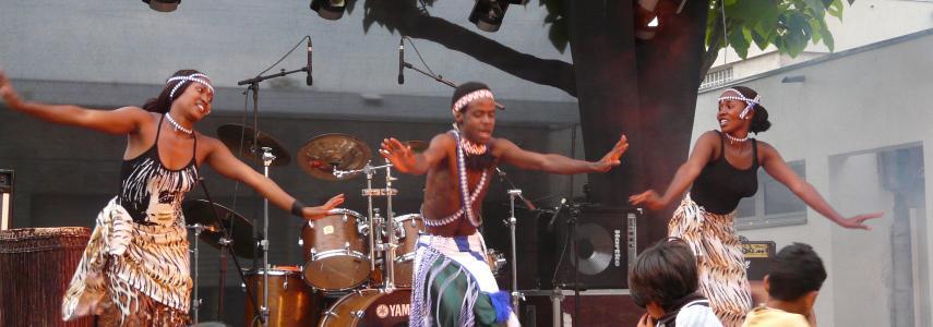 Un homme danse sur une scène