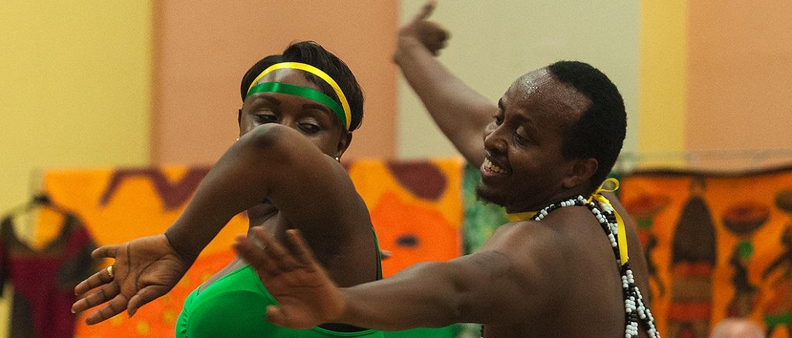 Un homme et une femme dansent