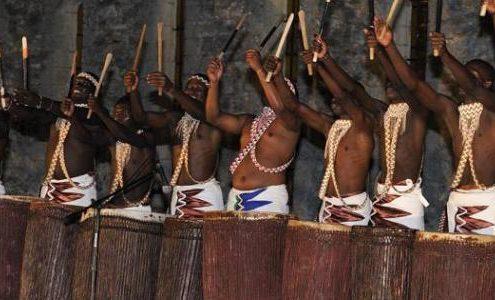 Une rangée d'hommes avec leur tambours